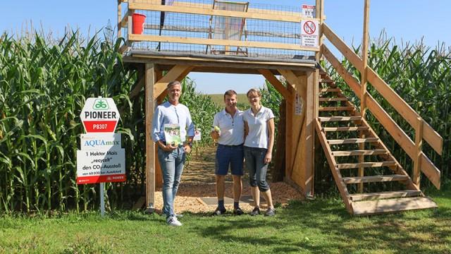 Erwin und Elke Radner (Wirt in der Edt) mit Vbgm. Alex Schuster beim Eingang zum Maislabyrinth